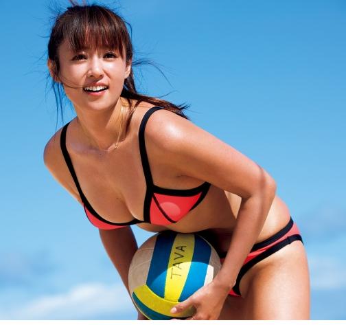 ボールを持つ深田恭子